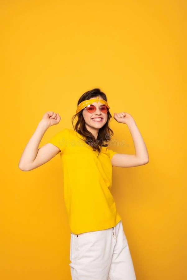 Lycklig le hipsterflicka som rymmer upp h?nder arkivfoto