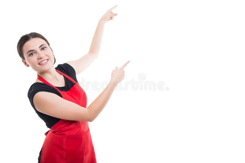 Lycklig le kontoristkvinna som pekar till copyspace royaltyfri bild