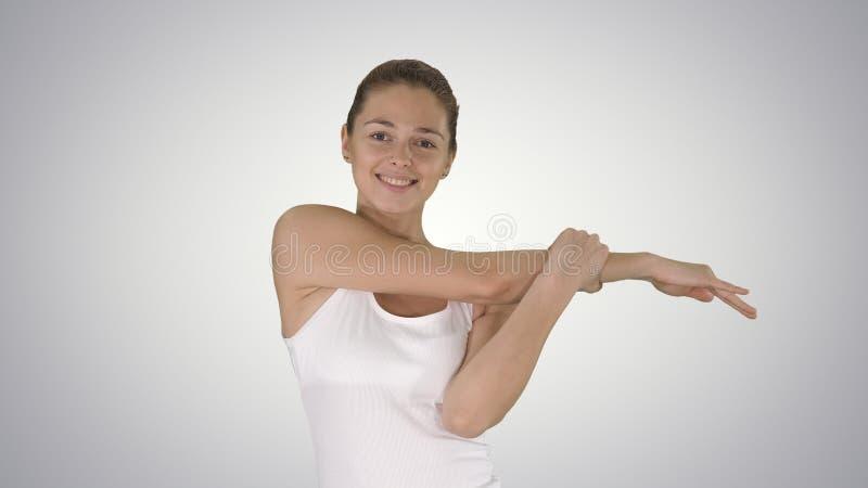 Lycklig le kvinna f?r kvinna som str?cker armar, medan g? p? lutningbakgrund arkivfoto