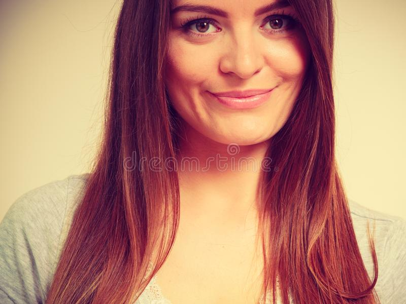 Lycklig le kvinna med brunt hår arkivbilder