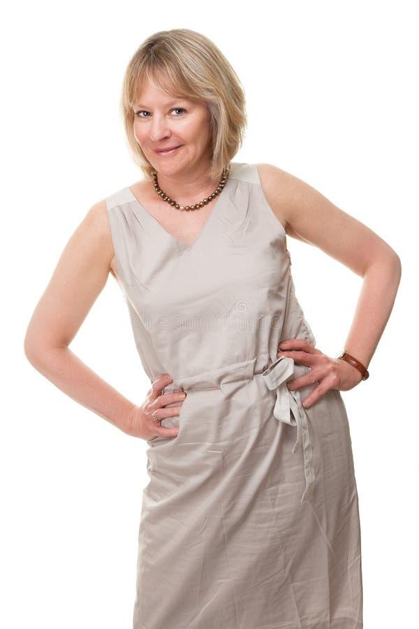 Lycklig le kvinna med händer på höft arkivfoto