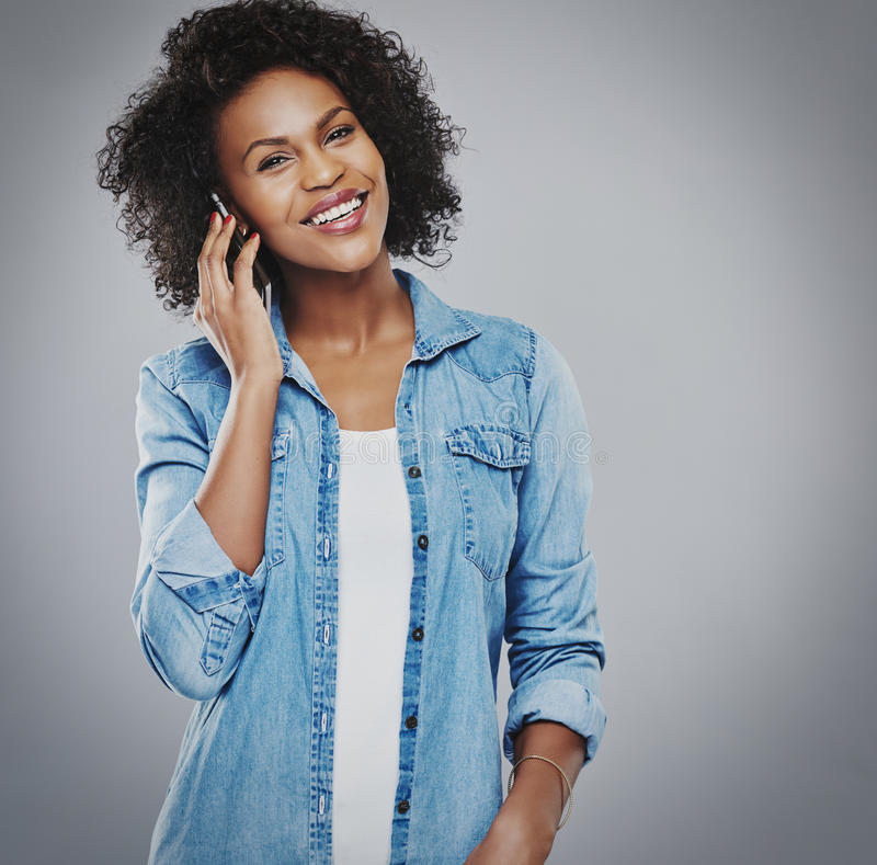 Lycklig le kvinna som talar på telefonen royaltyfria foton