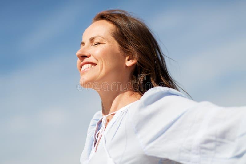 Lycklig le kvinna som tycker om solen arkivfoton