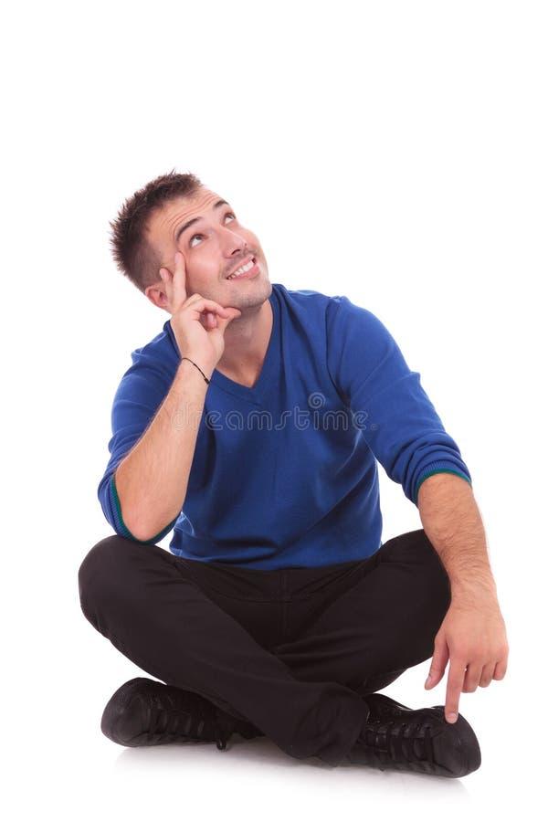 Lycklig le man som ser upp arkivbild