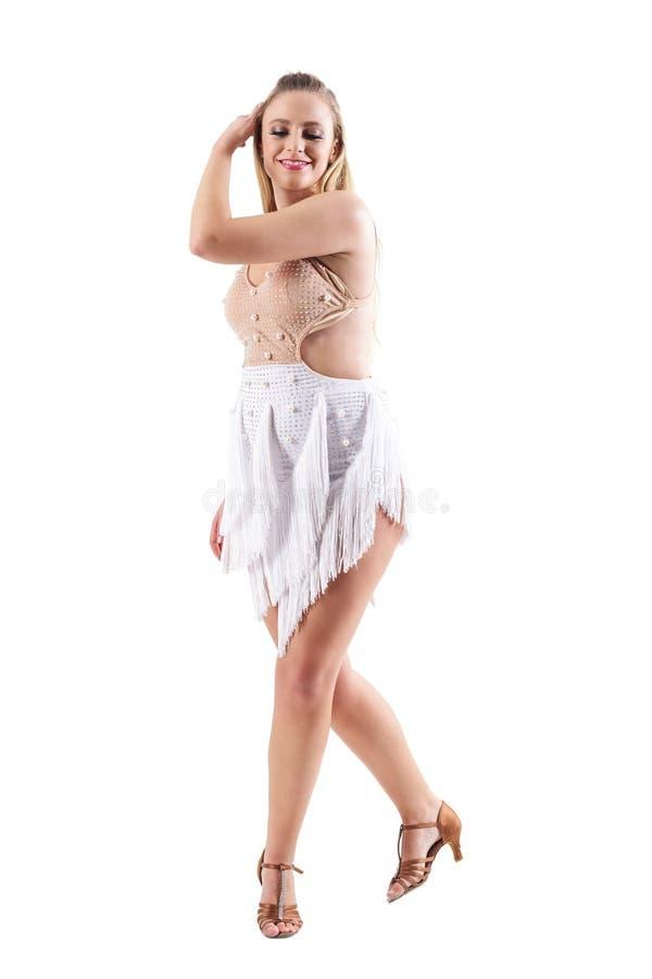 Lycklig le nätt blond dansaredans med hår till och med hår som ner ser royaltyfri bild