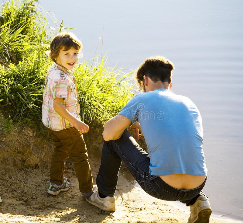 Lycklig le pys med fadern som har gyckel på sommarsemestrar, livsstilfolkbegrepp royaltyfria bilder