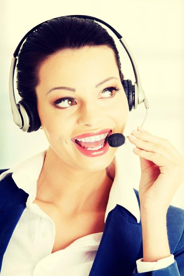 Lycklig le servicetelefonoperatör i hörlurar med mikrofon arkivbilder