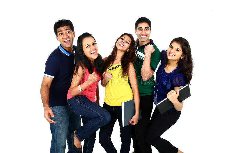 Lycklig le stående av den unga indiern/den asiatiska gruppen royaltyfri foto