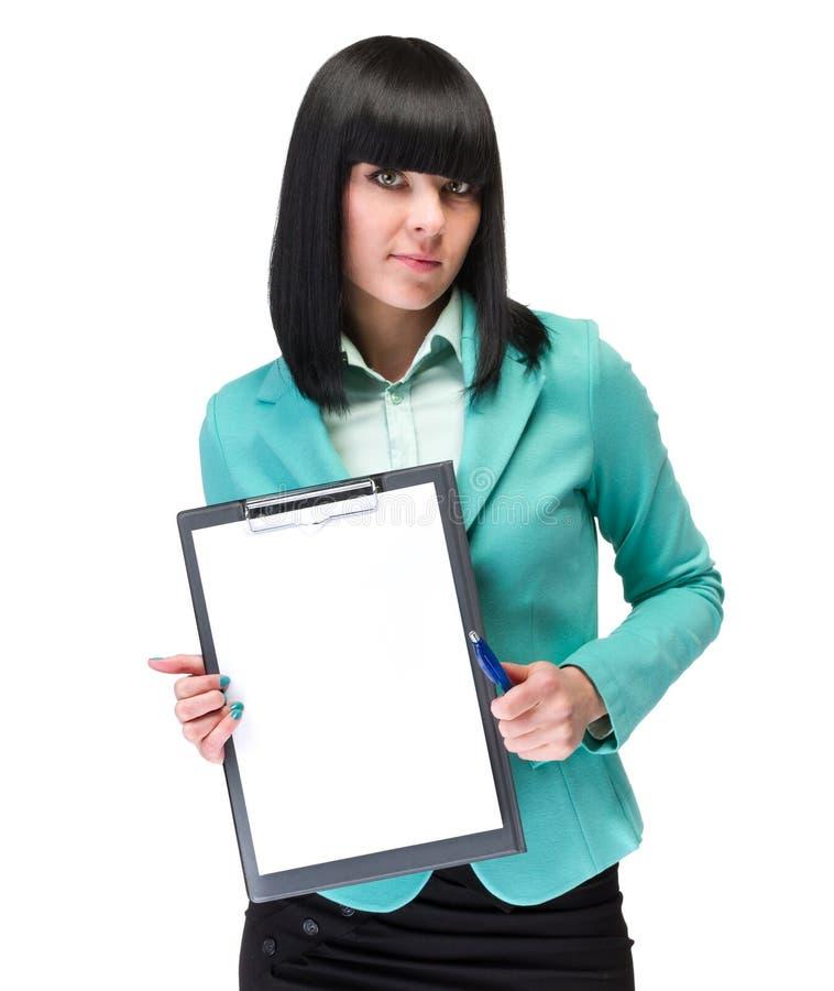 Lycklig le tom signboard för ung affärskvinnavisning arkivfoton