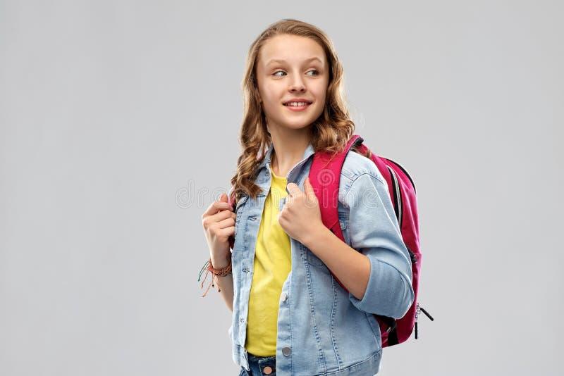 Lycklig le tonårs- studentflicka med skolapåsen royaltyfri foto