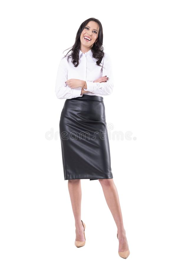 Lycklig le ung attraktiv affärskvinna med korsade armar som bort ser fotografering för bildbyråer