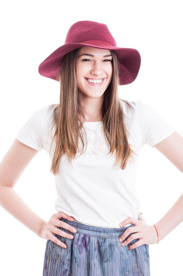 Lycklig le ung hipster i den tillfälliga dräkten som bär den stora hatten arkivfoto