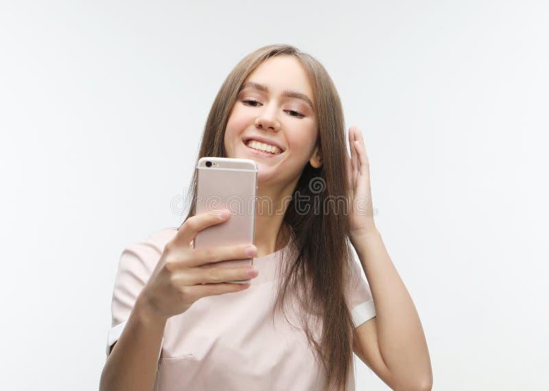 Lycklig le ung kvinna som bär ta selfie med smartphonen royaltyfri bild