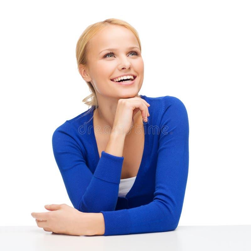 Lycklig le ung kvinna som drömmer och skrattar royaltyfria bilder