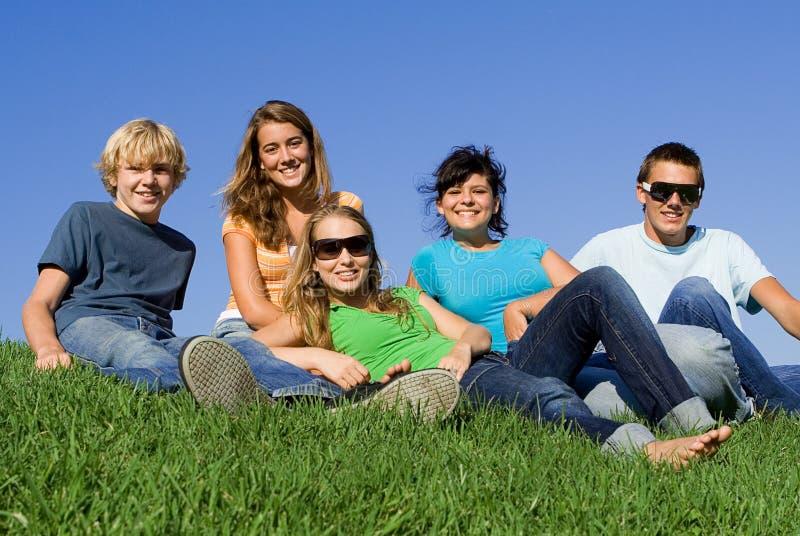 lycklig le ungdom för grupp arkivfoton