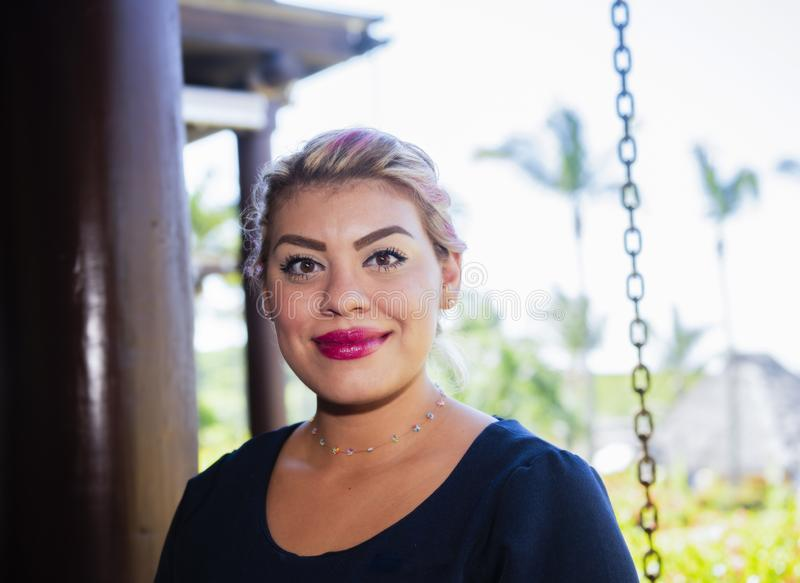 Lycklig, le, vänlig & härlig mexicansk kvinna som arbetar i en hotellsemesterort i Mexico arkivbild