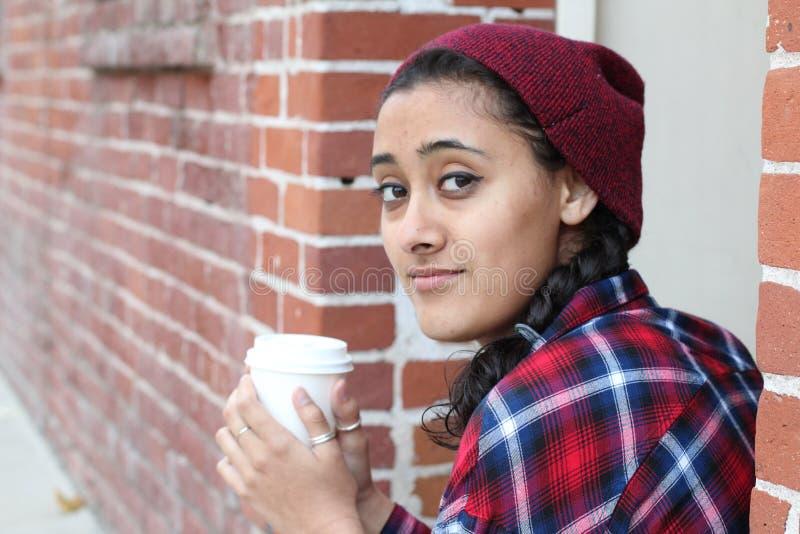 Lycklig le vuxen turist- kopp för kaffe för kvinnainnehavpapper och tycka om stadsgatorna arkivbild