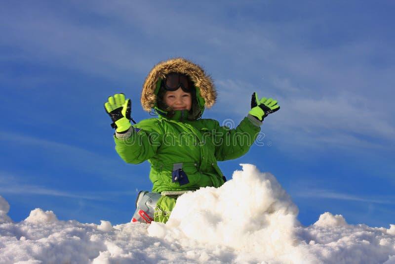 lycklig leka snow för pojke royaltyfri foto
