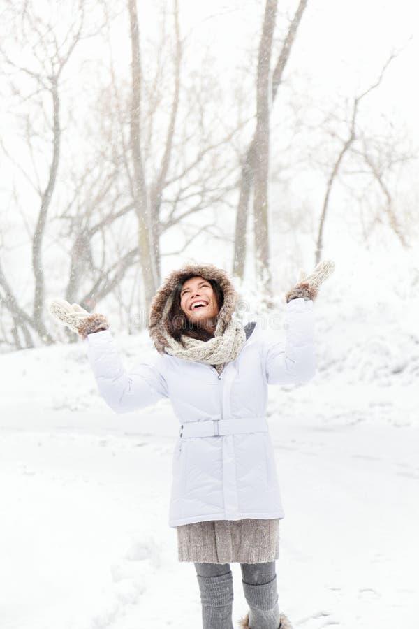 lycklig leka snowvinterkvinna arkivbild