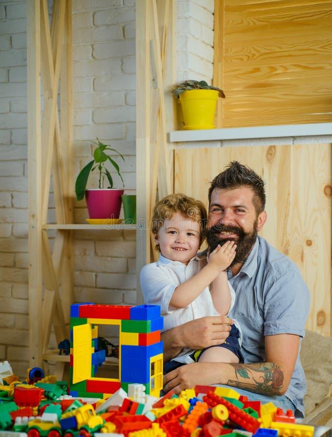 Lycklig lektid Farsa och son Faderdag tillsammans Familjförälskelse- och förtroendeHipsterfader arkivbild