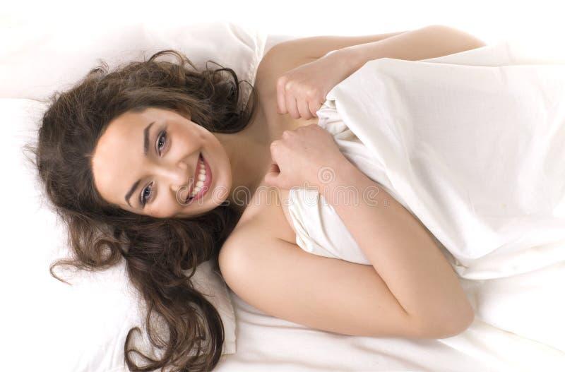 lycklig liggande vit kvinna för underlag royaltyfri fotografi