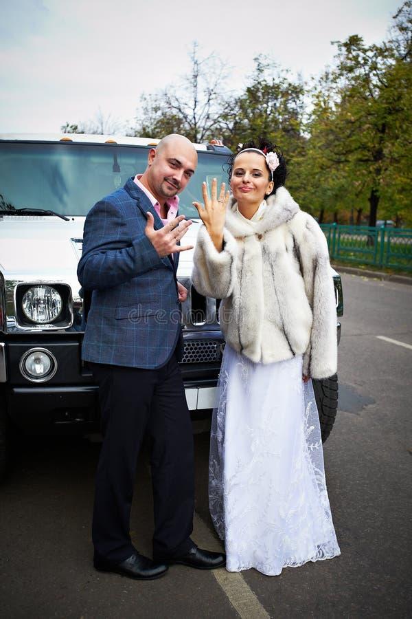 lycklig limo för brudbrudgum nära bröllop fotografering för bildbyråer