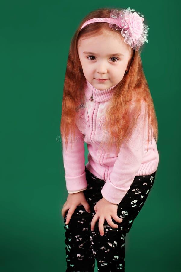 Lycklig liten flicka i studion royaltyfri bild