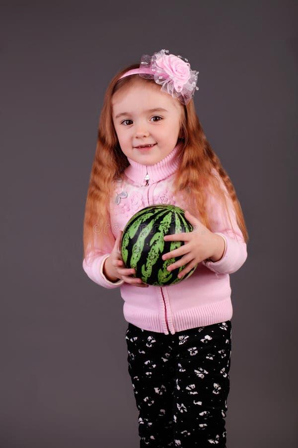 Lycklig liten flicka i studion fotografering för bildbyråer