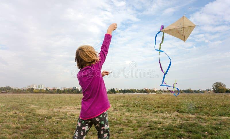 Lycklig liten flicka med en drake arkivfoton