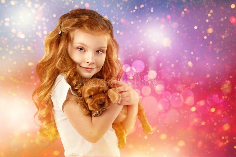 Lycklig liten flicka och hund på julhelgdagsafton Nytt år 2018 Semestra begreppet, jul, bakgrund för nytt år royaltyfri fotografi