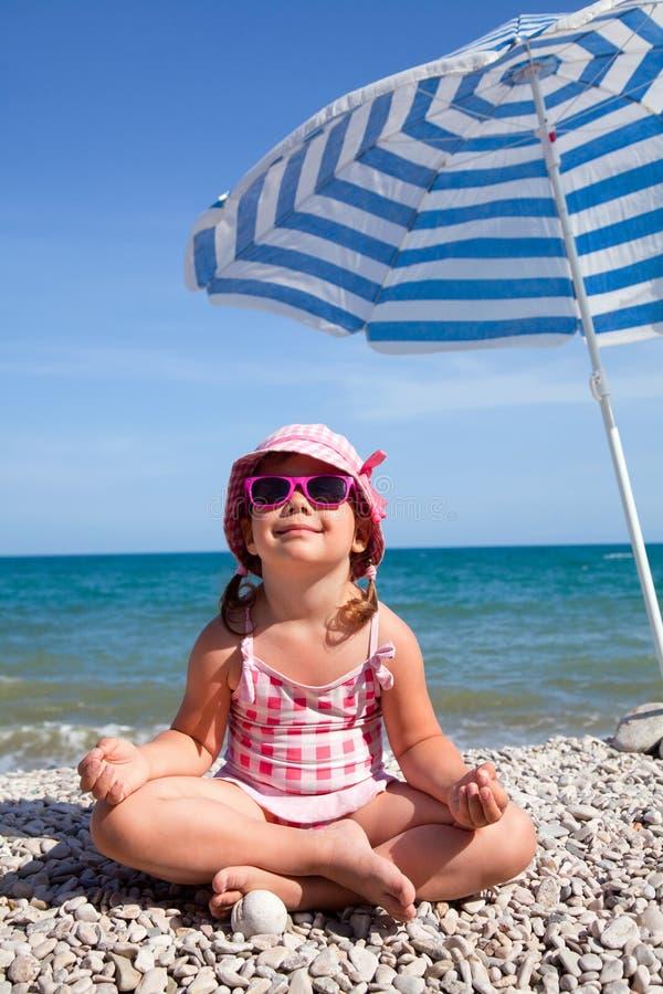 Lycklig liten flicka på stranden arkivfoto