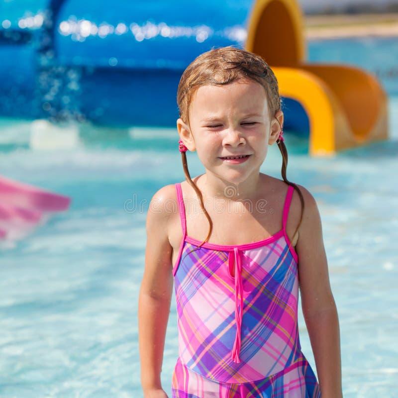 Lycklig liten flicka som plaskar i pölen royaltyfria bilder