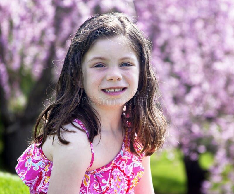 Lycklig liten flicka utanför i en parkera arkivfoton
