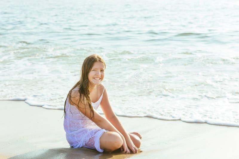 Lycklig liten flickasimning i vatten arkivfoto