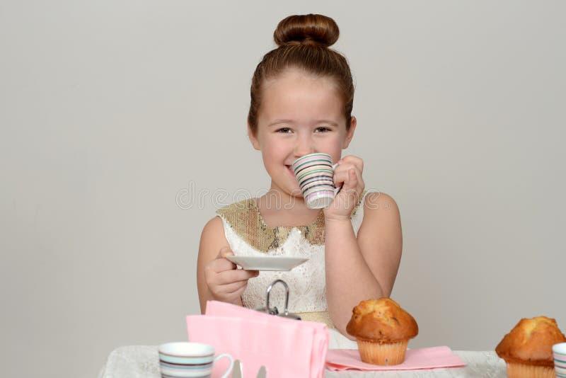 Lycklig liten flickatebjudning arkivbild