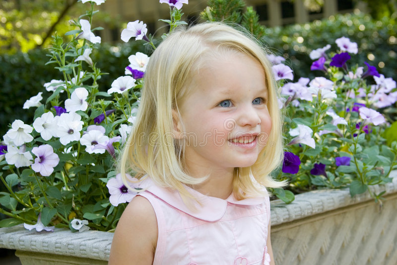 lycklig liten pansieskruka för främre flicka arkivfoton