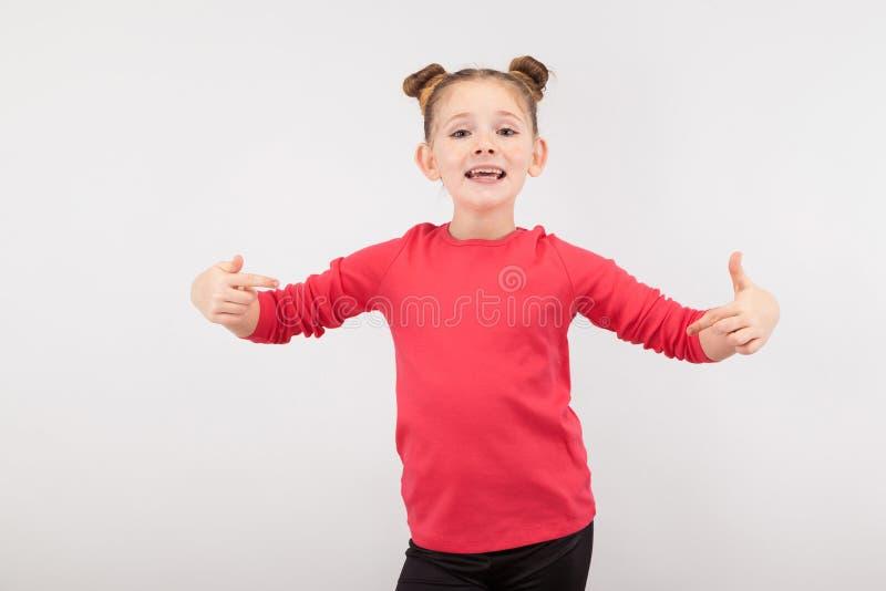 Lycklig liten rödhårig flicka på vit bakgrund royaltyfri fotografi