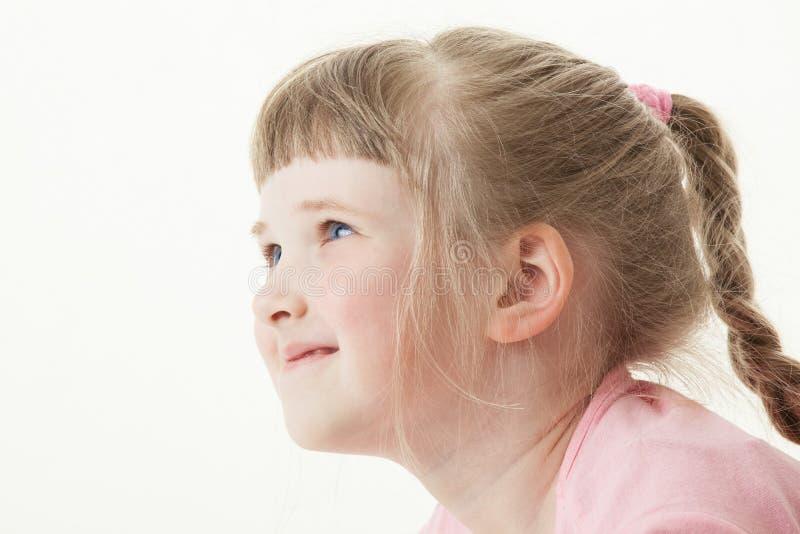 lycklig liten stående för flicka arkivbilder