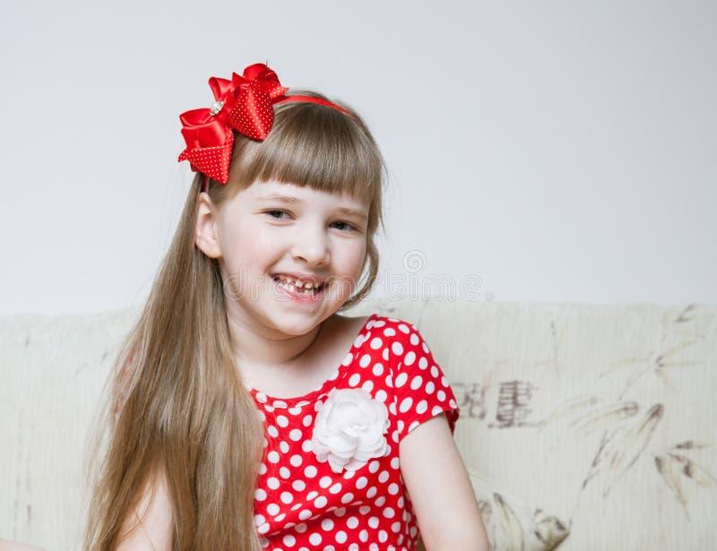 lycklig liten stående för flicka royaltyfria bilder