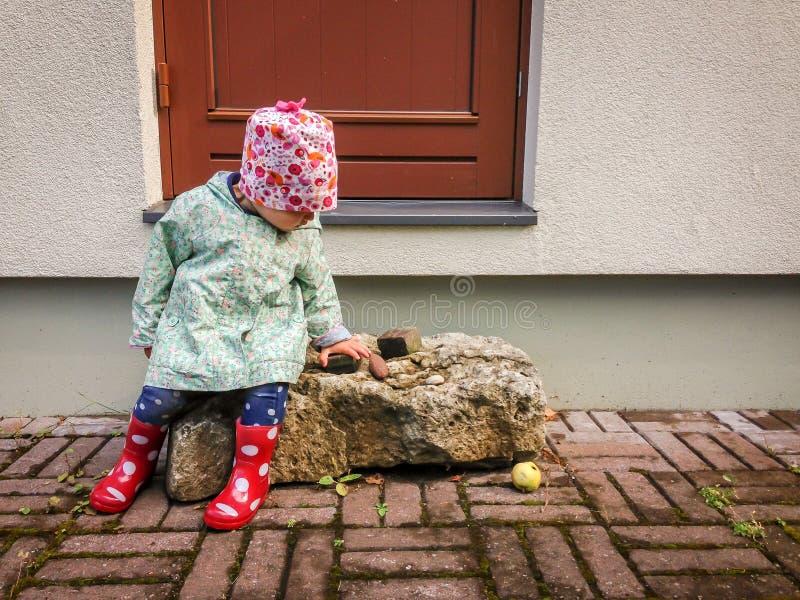 lycklig litet barn fotografering för bildbyråer