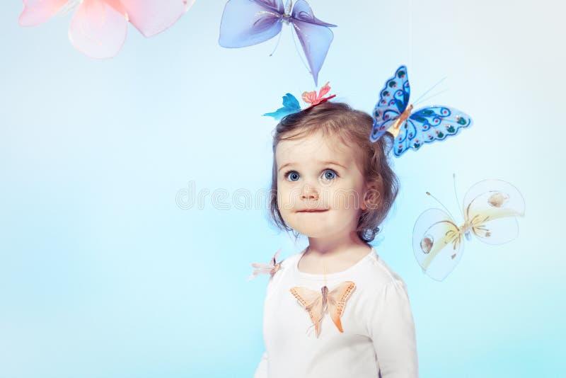 lycklig litet barn för flicka arkivfoto
