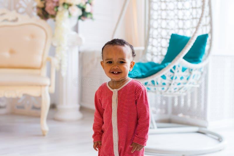 Lycklig litet barnpojke för blandat lopp fotografering för bildbyråer