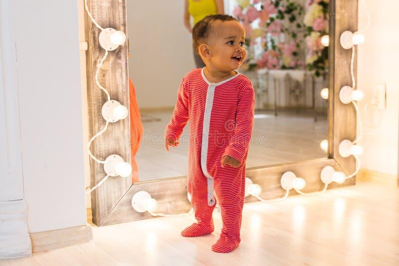 Lycklig litet barnpojke för blandat lopp arkivfoton
