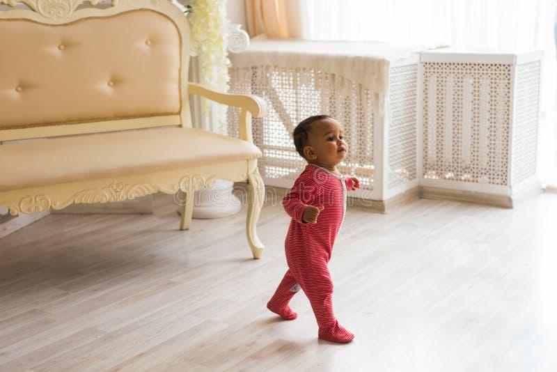 Lycklig litet barnpojke för blandat lopp royaltyfri foto