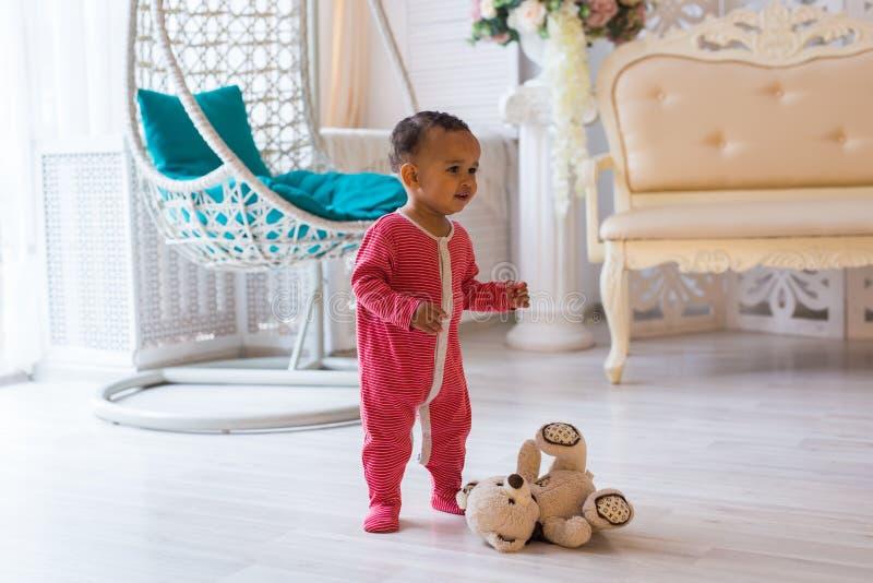 Lycklig litet barnpojke för blandat lopp royaltyfria bilder
