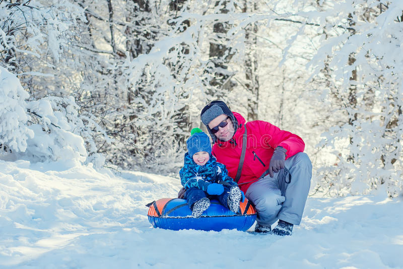 Download Lycklig Litet Barnpojke Med Farsan I Den Snöig Skogen Arkivfoto - Bild av fritid, säsong: 78727346