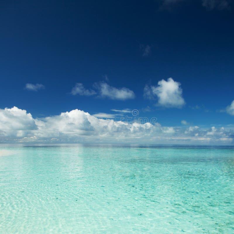 Lycklig ?livsstil E Semester p? paradiset Havstranden kopplar av, reser till Maldiverna royaltyfri foto