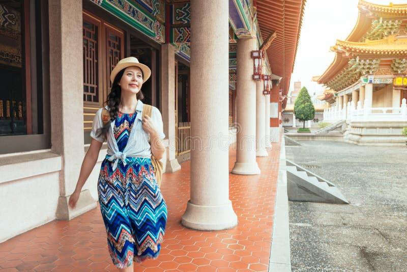 Lycklig lopplivsstil för härlig asiatisk modell royaltyfri fotografi