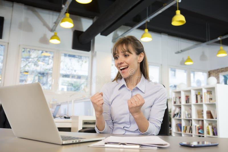 Lycklig lyckad affärskvinna i regeringsställning, med ar royaltyfri bild