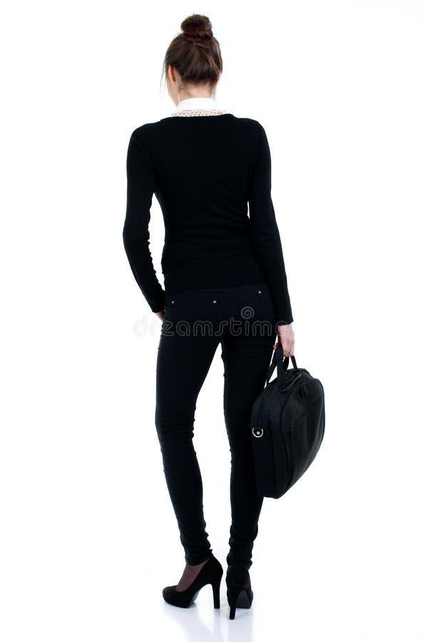 Lycklig lyckad affärskvinna i svart dräkt med påsen royaltyfri foto
